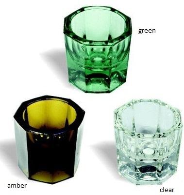 Szklany kieliszek idealnie służy do wyrobienia henny w proszku