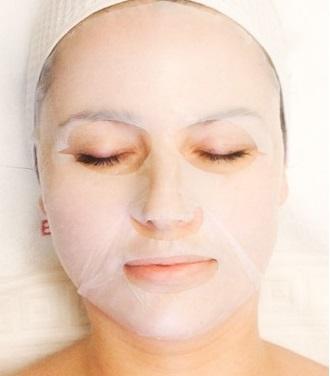 Oczyszczająca maska dopasowuje się do skóry twarzy i reguluje pracę gruczołów łojowych
