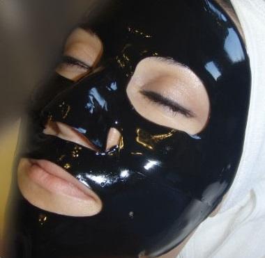 Kolagenowa maska zawiera silne właściwości oczyszczające i zmniejsza stany zapalne przy trądziku