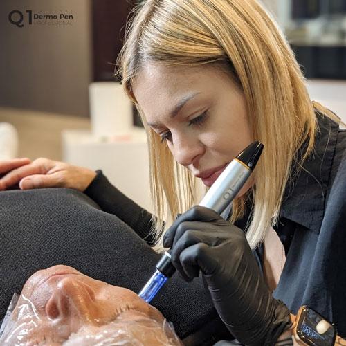 Mikronakłuwanie skóry przy użyciu Dermo Pen Q1 Professional
