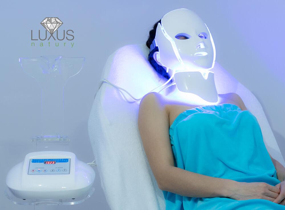 Terapia maską LED skutecznie zmniejsza efekt zmęczonej skóry i sińców pod oczami