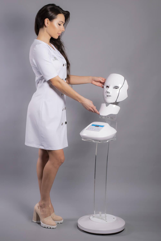 Urządzenie do twarzy i szyi z bazą oraz stojakiem