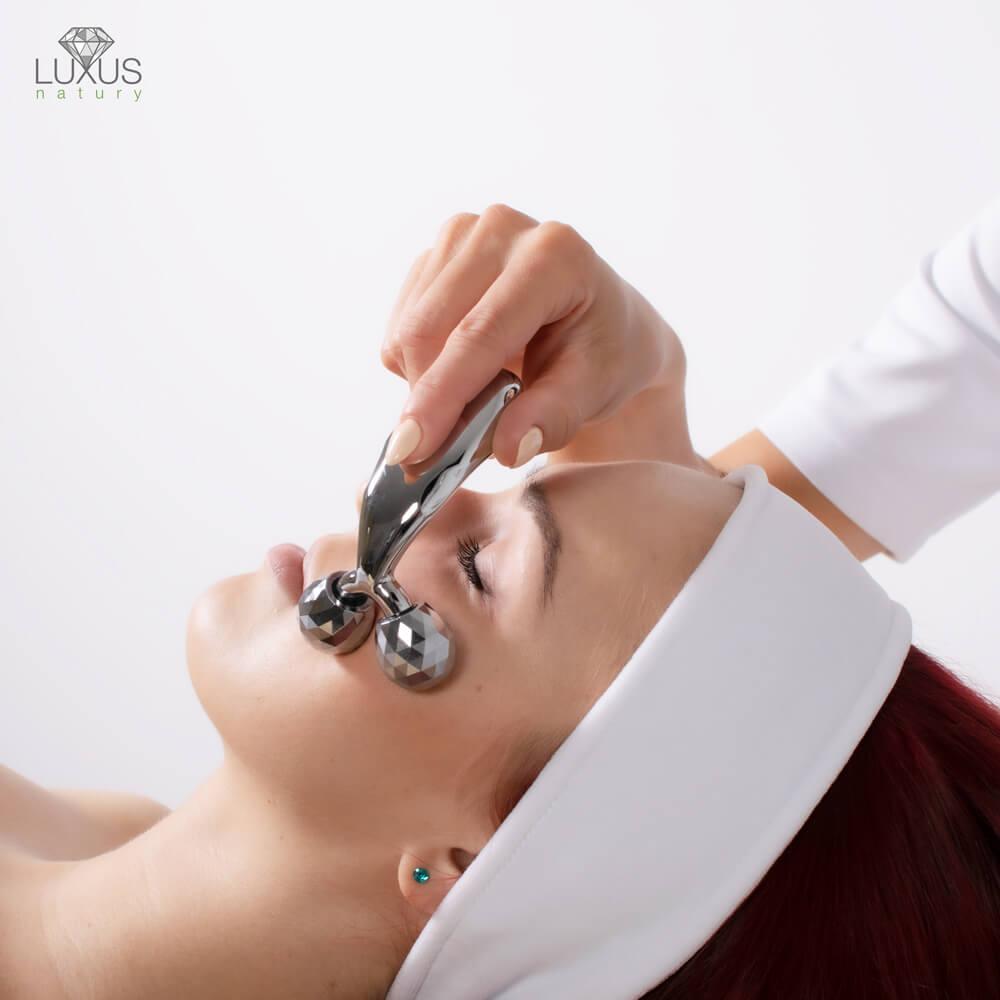 Roller inspirowany diamentowym szlifem pozwala wykonać delikatny lub intensywny masaż