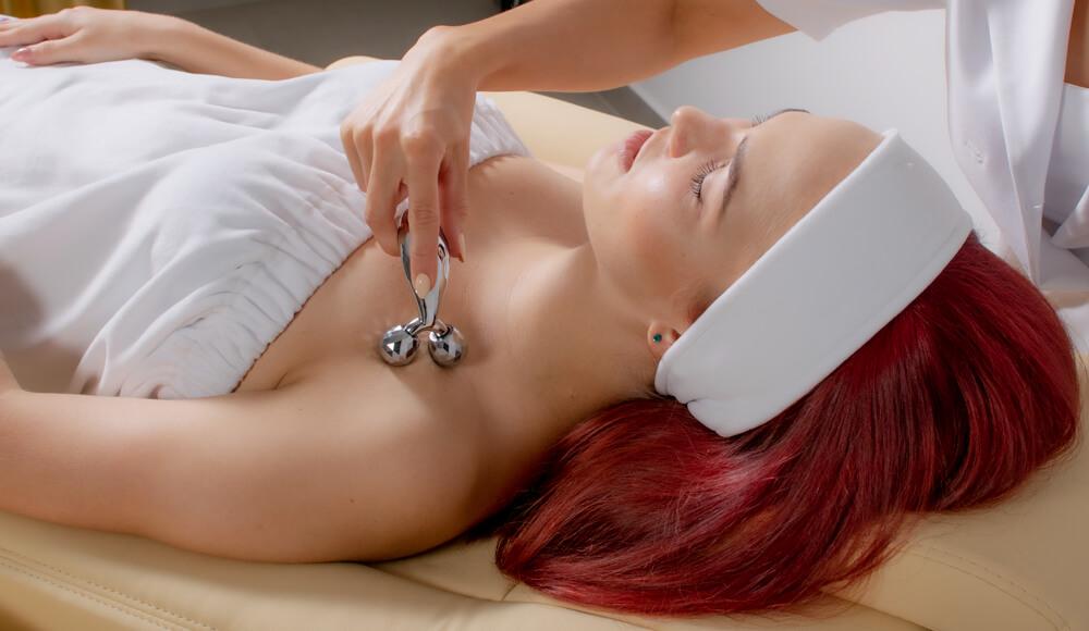 Intensywny masaż eliminuje tkankę tłuszczową w okolicach szyi