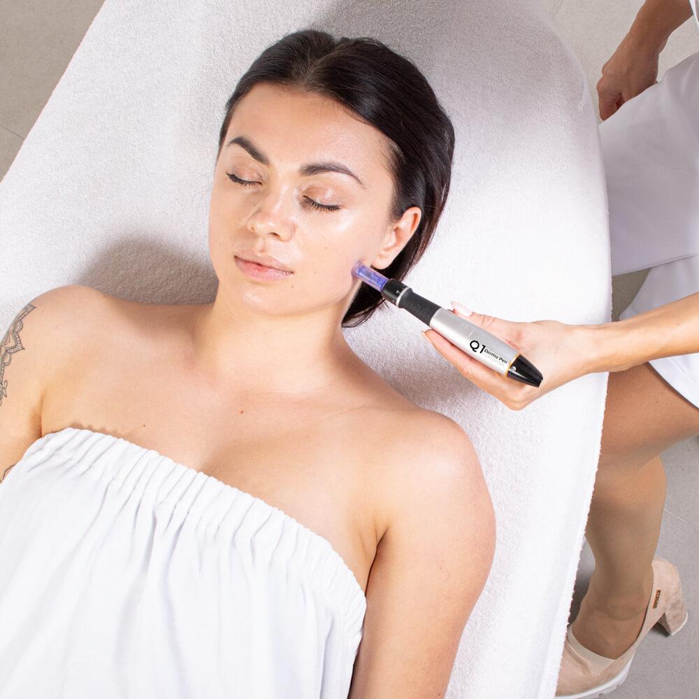 Mezoterapia mikroigłowa urządzeniem do frakcyjnego nakłuwania skóry polega na stymulacji produkcji włókien kolagenu i elastyny