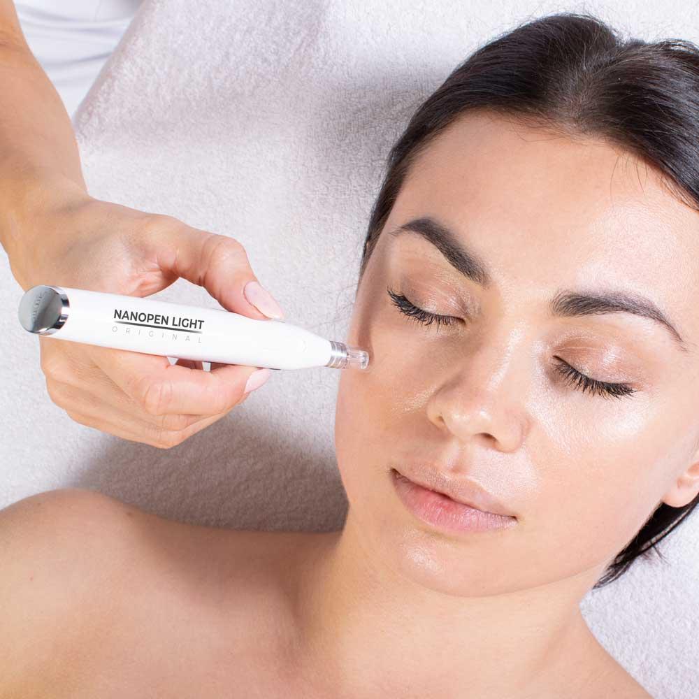 Nanopen Light Original powodouje złuszczenie naskórka i dostarcza składniki aktywne w głąb skóry
