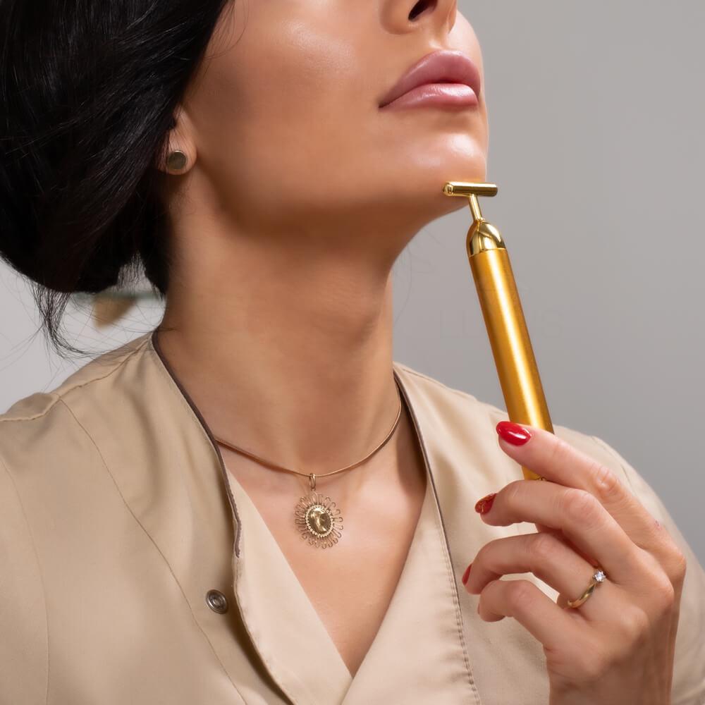 Najnowszy masażer pokryty 25 karatowym złotem do twarzy