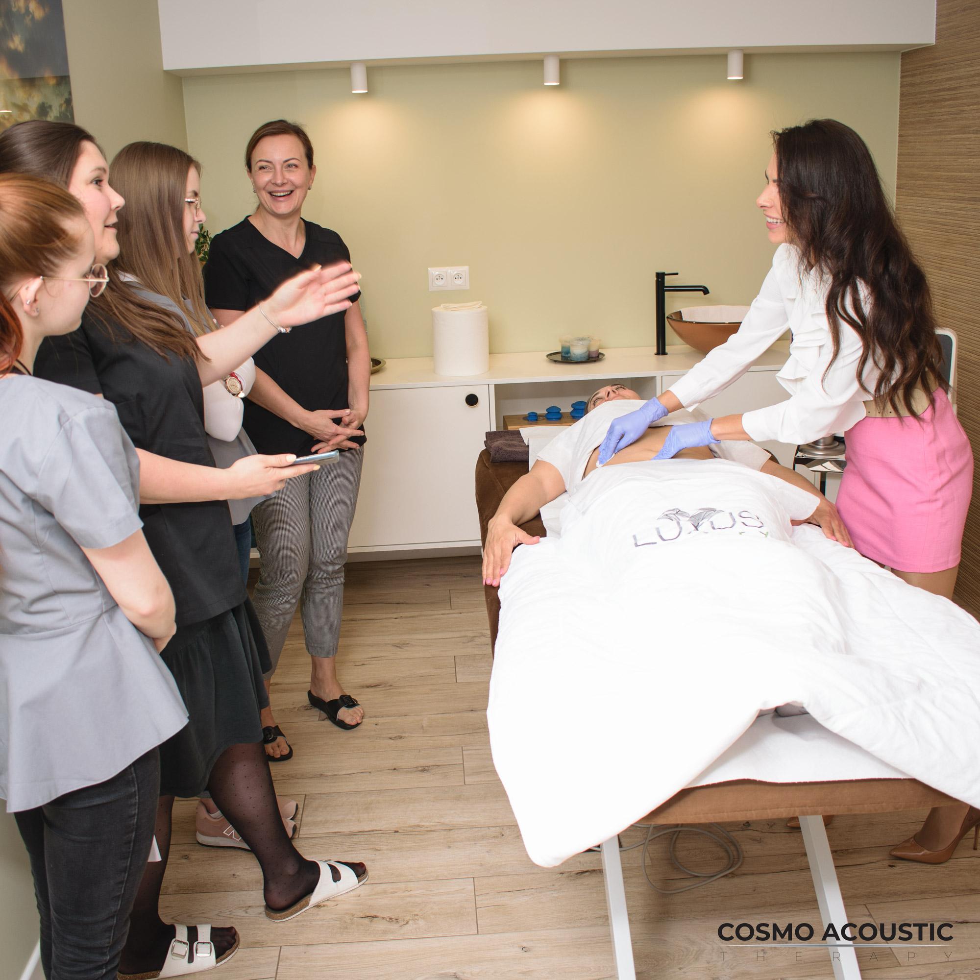 Nauka praktyczna jest prowadzona przez mgr kosmetologii i fizjoterapii dla każdej uczestniczki