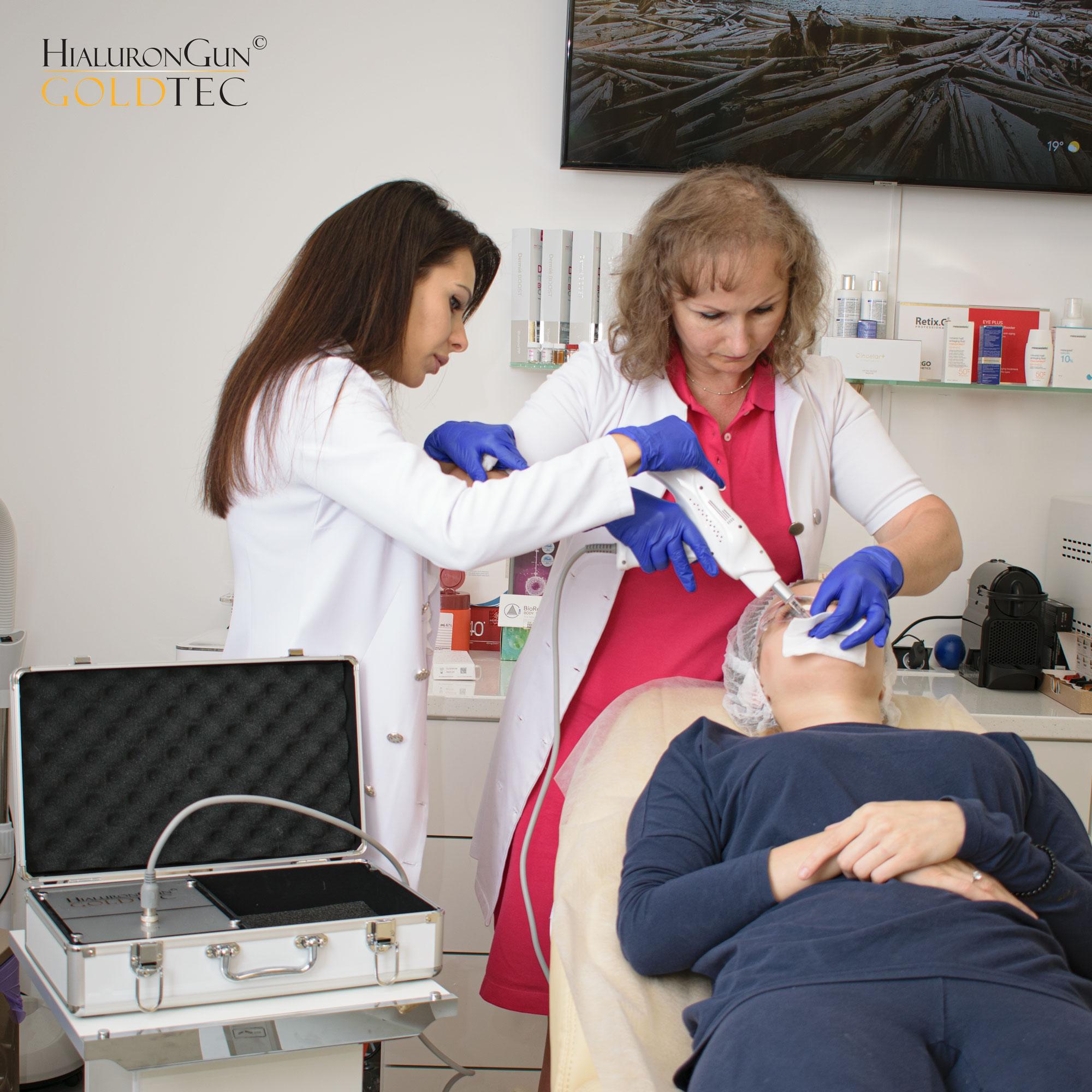 Podczas szkolenia praktycznego z obsługi urządzenia Hialurongun Goldtec uczestniczka jest kierowana przez kosmetologa z wykształceniem medycznym