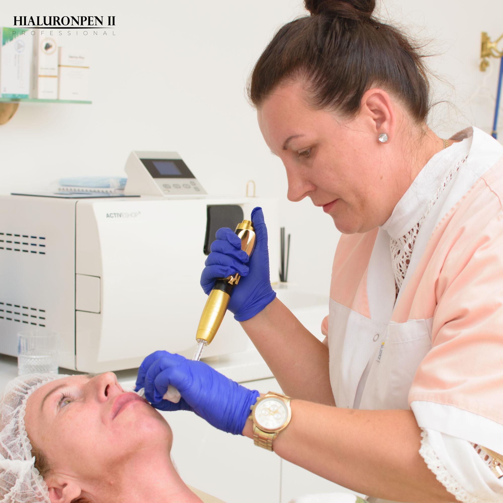 Kursantka na szkoleniu ćwiczy przy kosmetologu wypełnianie zmarszczek i bruzd wokół ust