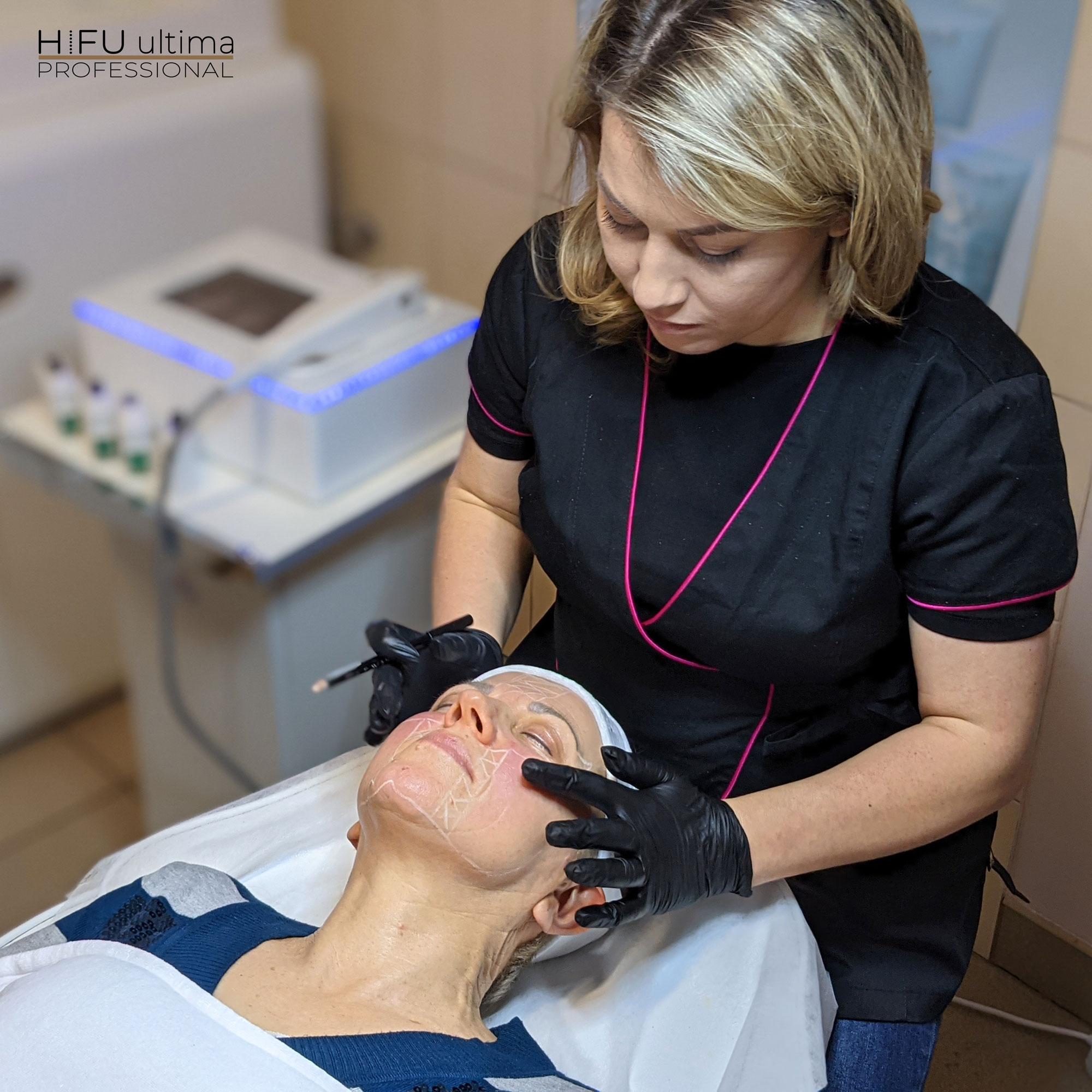 Technologia ultradźwiękowa jest wykorzystywana w konturowaniu ciała, pozwalając na redukcję tkanki tłuszczowej