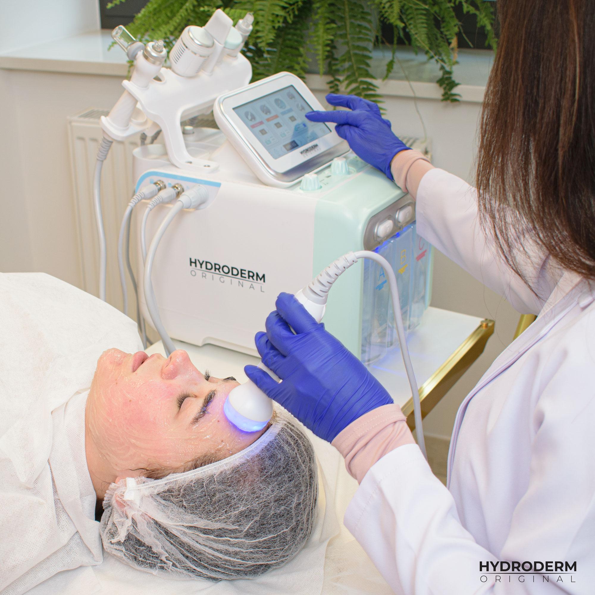 Jednym z dostępnych świateł leczniczych jest kolor niebieski - doskonale działający na wierzchnią warstwę skóry