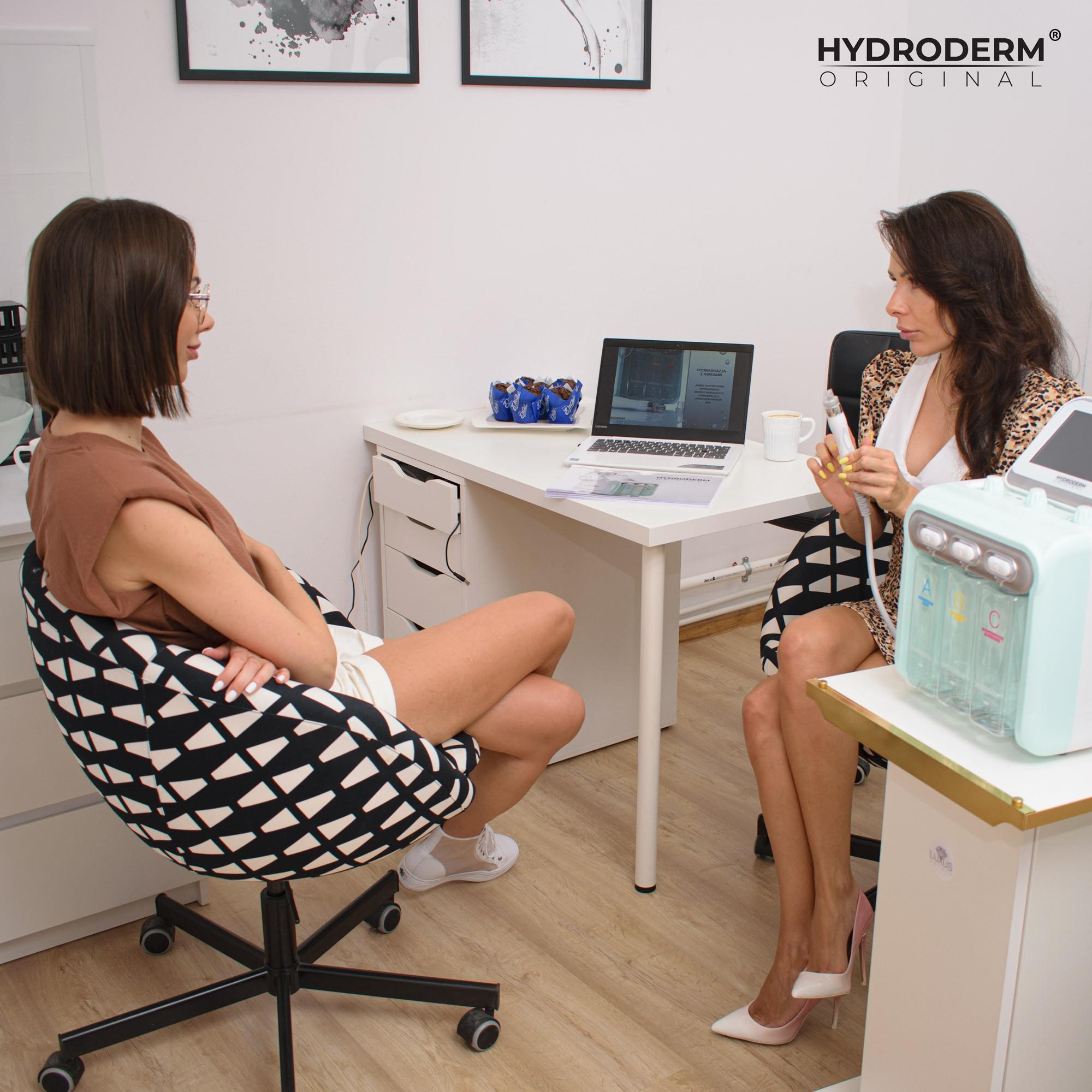 Na lekcji teorytycznej kosmetolog korzysta z wcześniej przygotowanych materiałów szkoleniowych