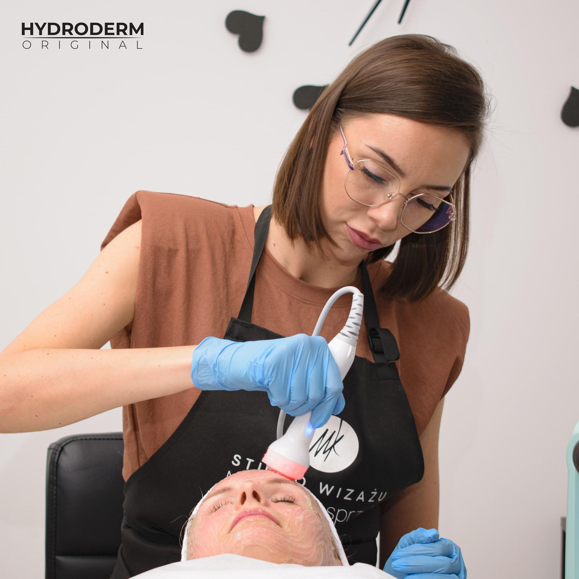 Podczas etapu praktycznego mgr kosmetologii ciągle instruuje uczestnika co należy dalej zrobić