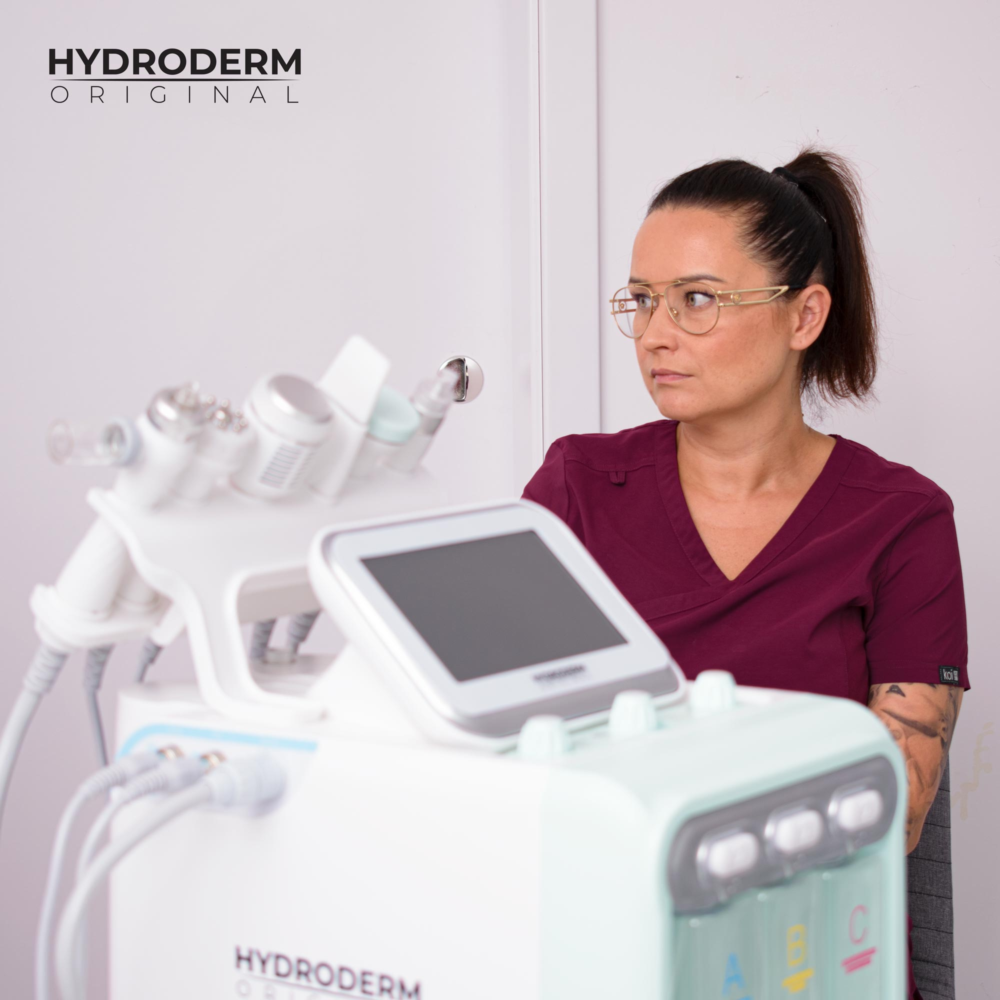 Każdy nasz kurs obejmuje etap teorytyczny i praktyczny z zakresu oczyszczania skóry aktywnym wodorem