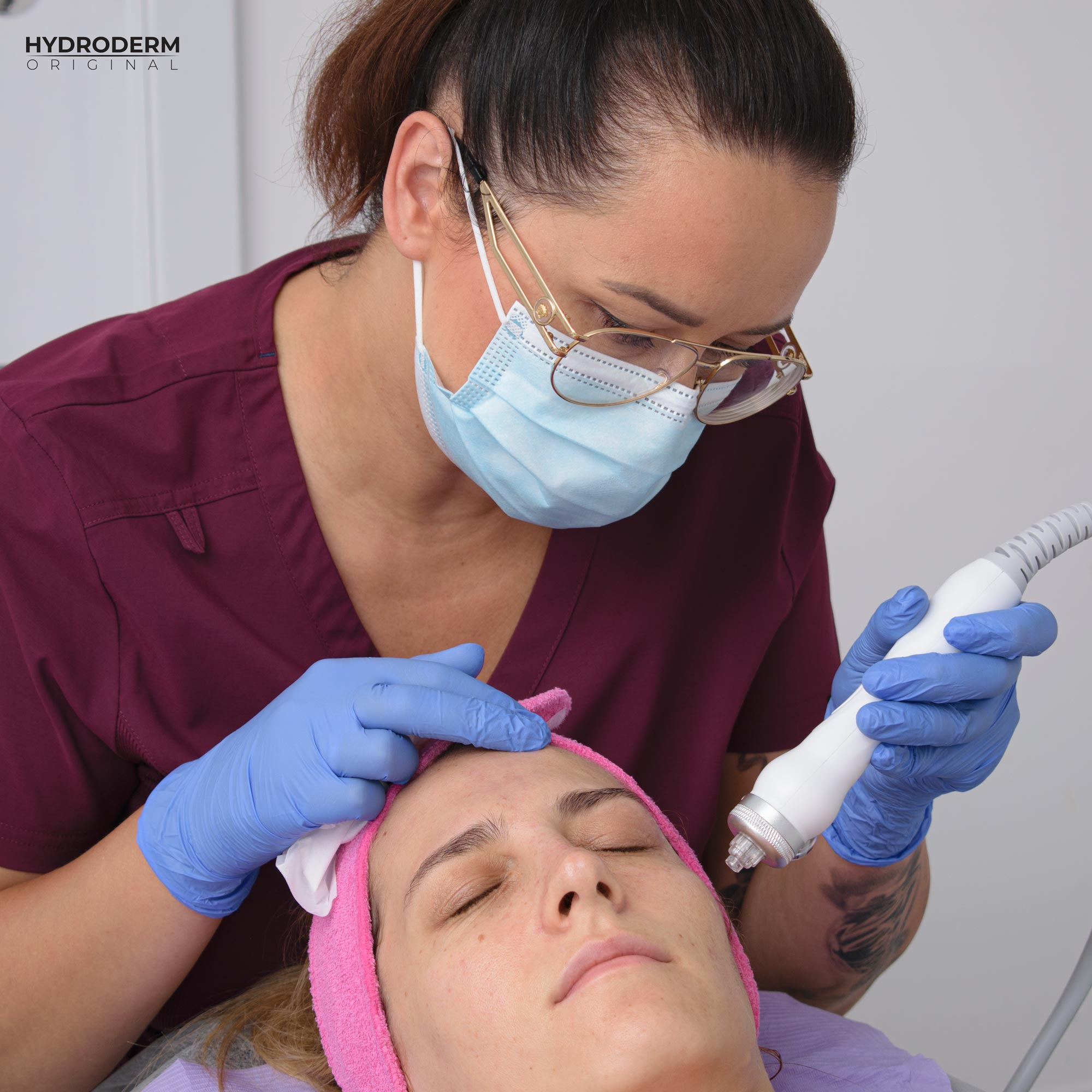 Kosmetolog krok po kroku mówi, jak wykonać infuzję tlenową za pomocą głowicy Oxygen Spray