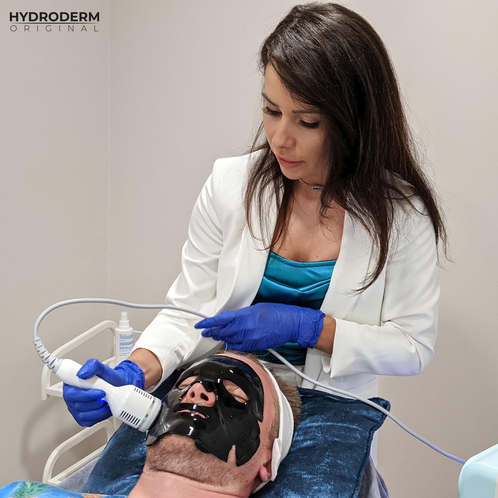 Jednym z etapów oczyszczania wodorowego jest masaż głowicą Cold, który pozwala zamknąć składniki aktywne zawarte w maseczce na twarzy
