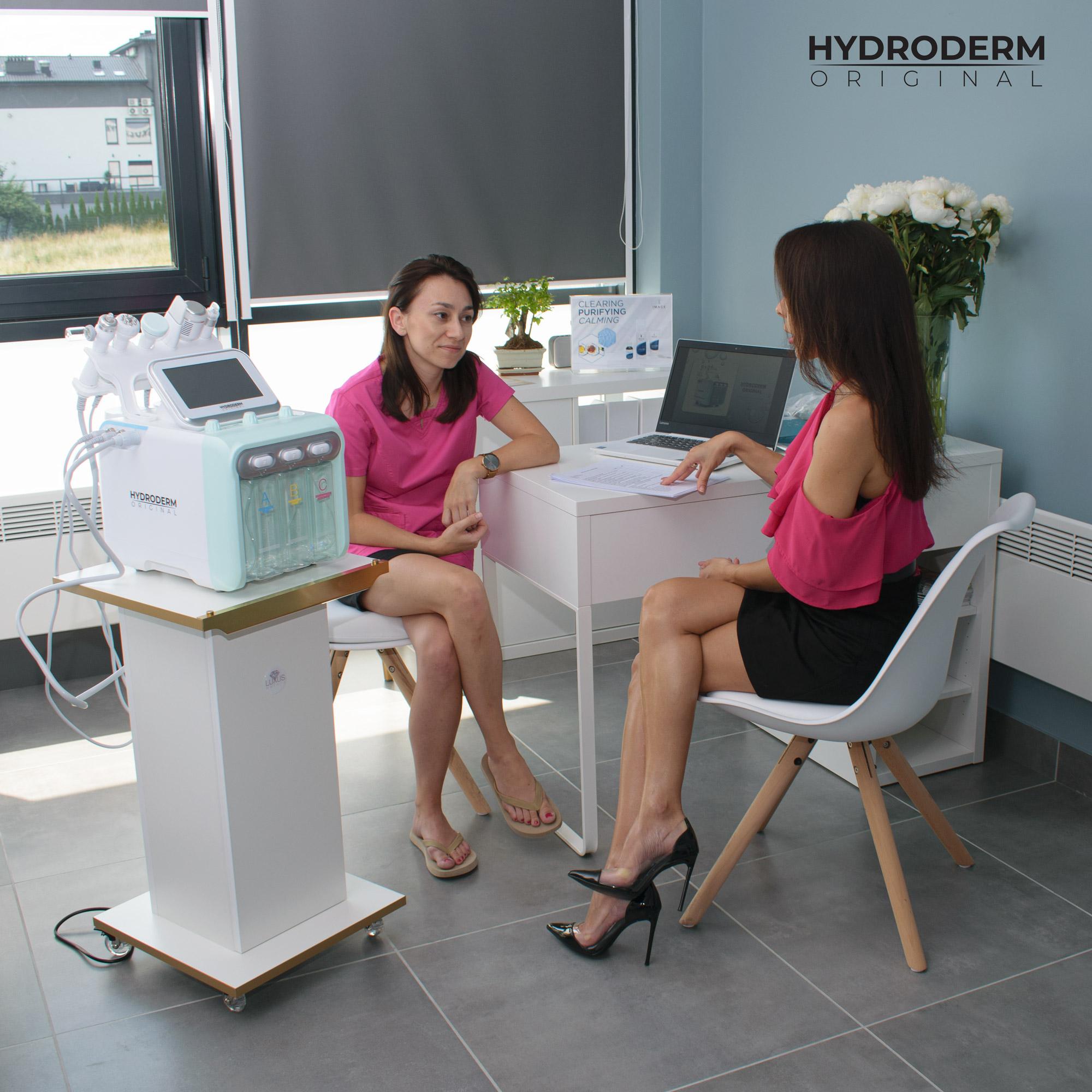 Przed lekcją praktyczną kosmetolog przedstawia w prezentacji najważniejsze zagadnienia z dziedziny oczyszczania wodorowego