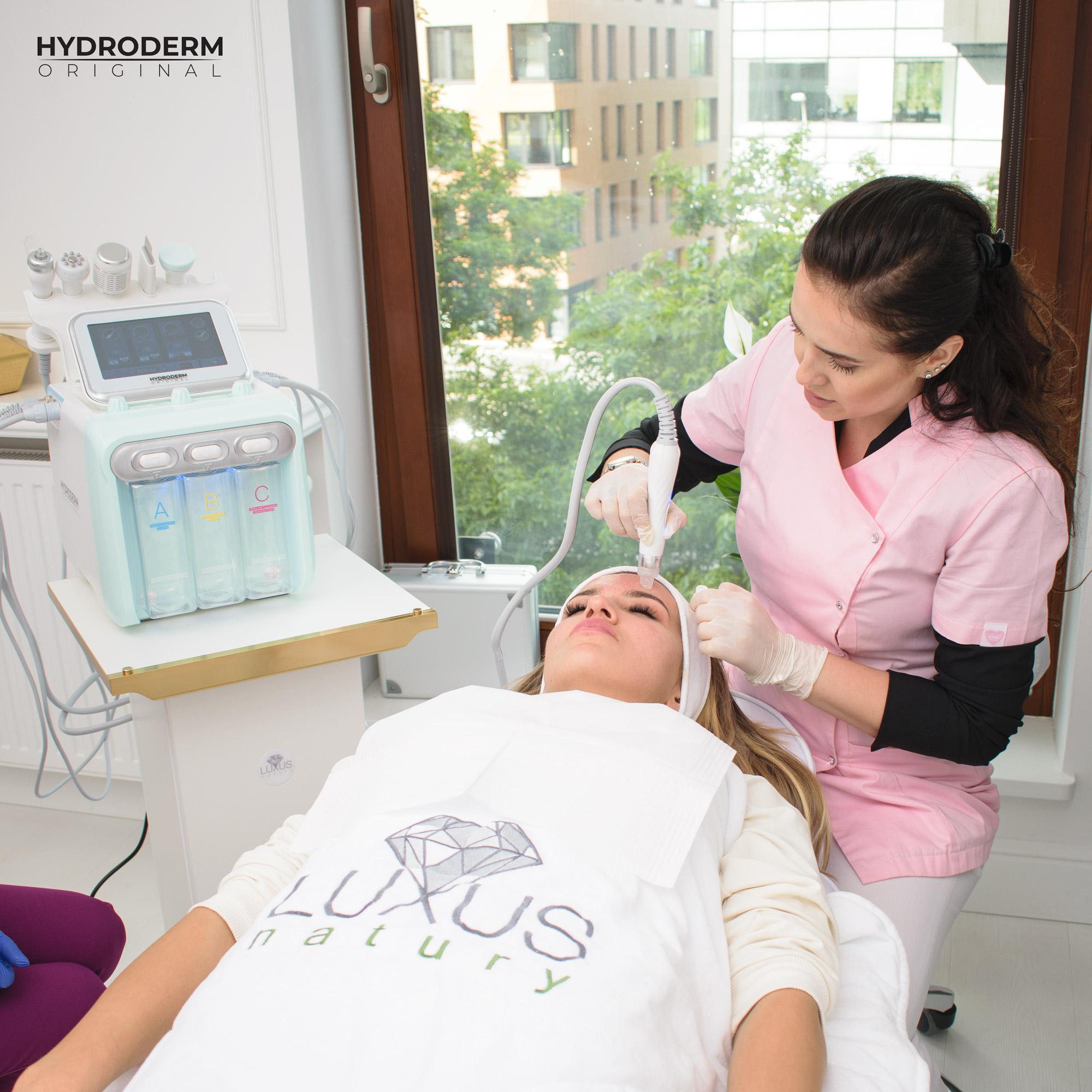 W całym etapie oczyszczania wodorowego kosmetolog bacznie przygląda się poczynaniom kursanta