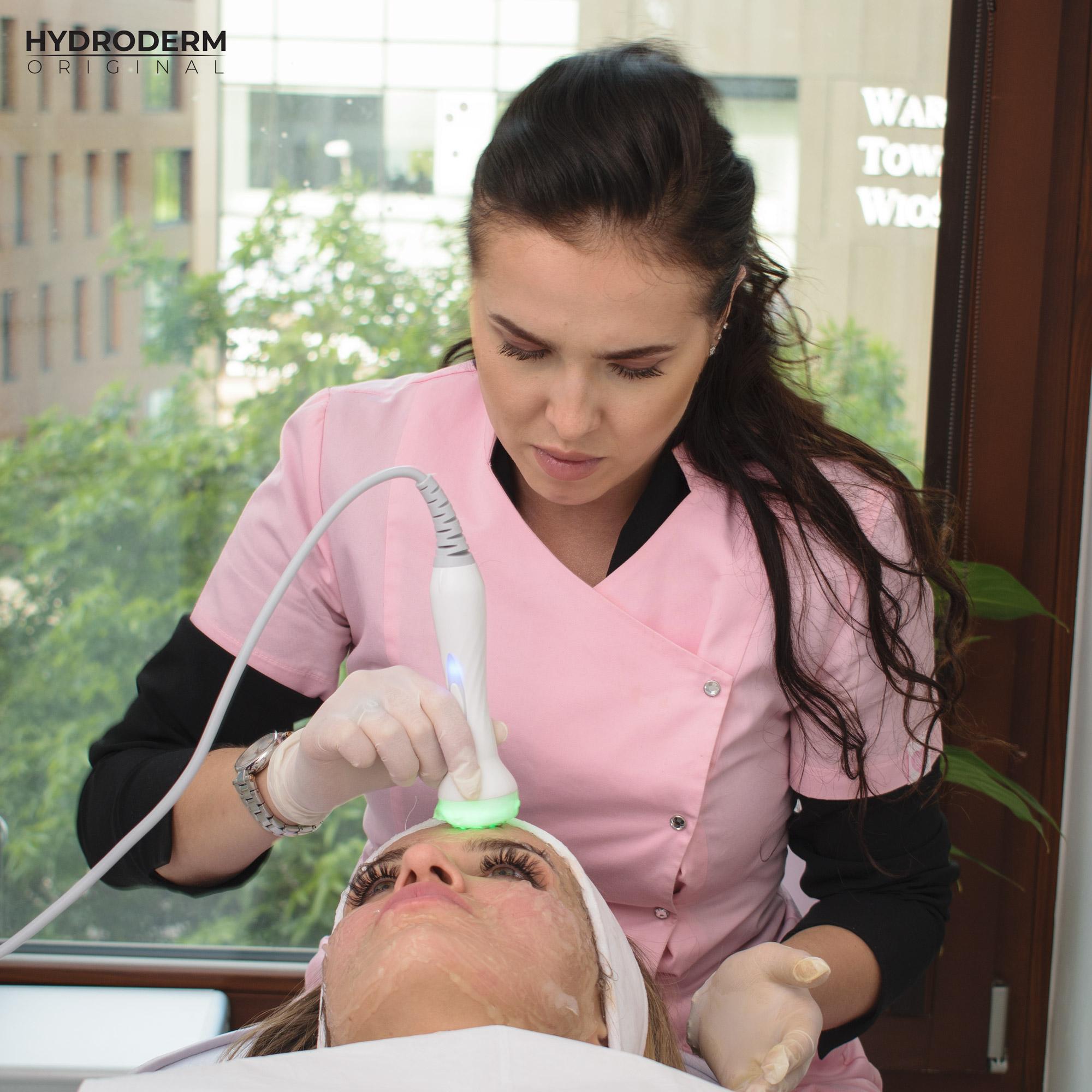 Na kursie w Warszawie podczas zabiegu oczyszczania wodorowego użytko światłoterapię z leczniczym zielonym światłem LED