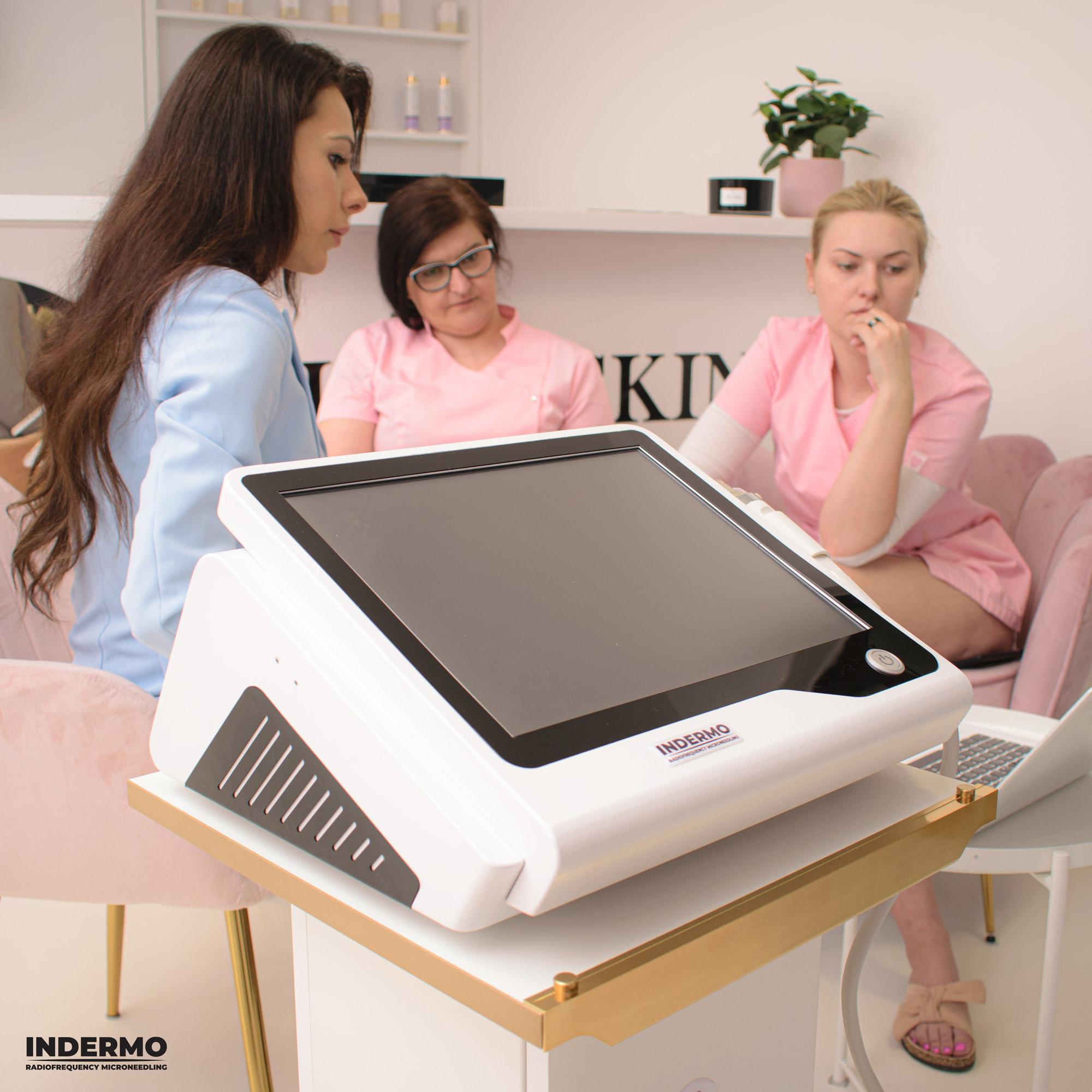 W trakcie nauki teorytycznej nasz kosmetolog stara się wyjaśnić pełny proces radiofrekwencji mikroigłowej