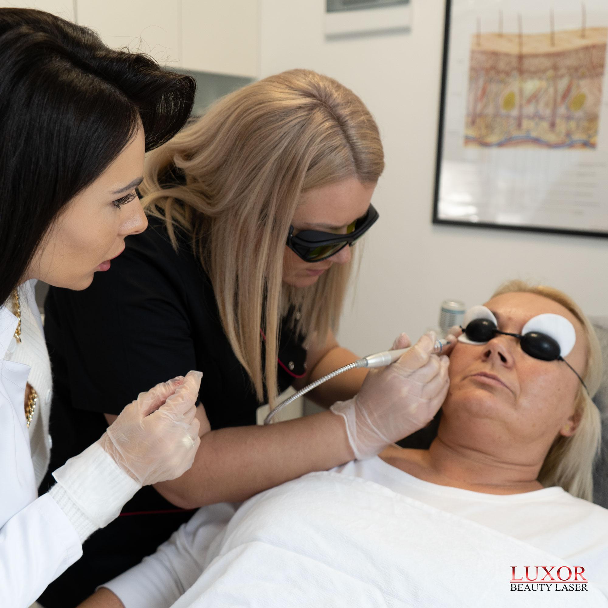 Uczestniczka stara się samodzielnie usunąć zmiany naczyniowe za pomocą lasera diodowego