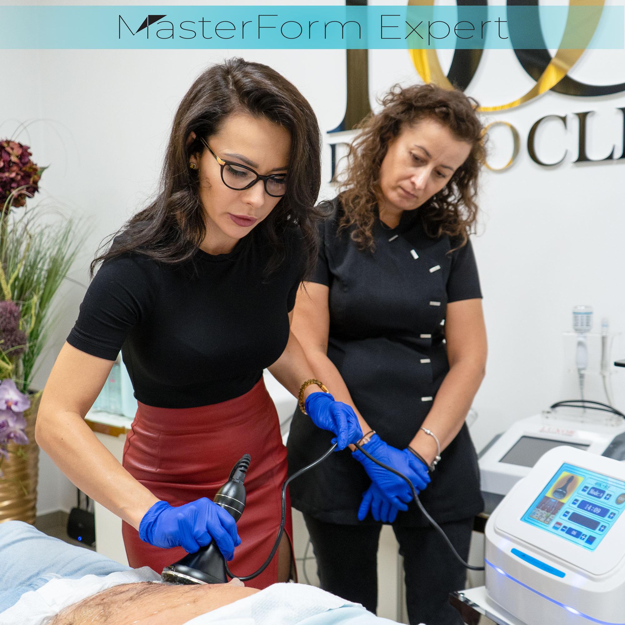 Podczas, gdy kosmetolog przeprowadza endomasaż nasza kursantka bacznie obserwuje całą procedurę