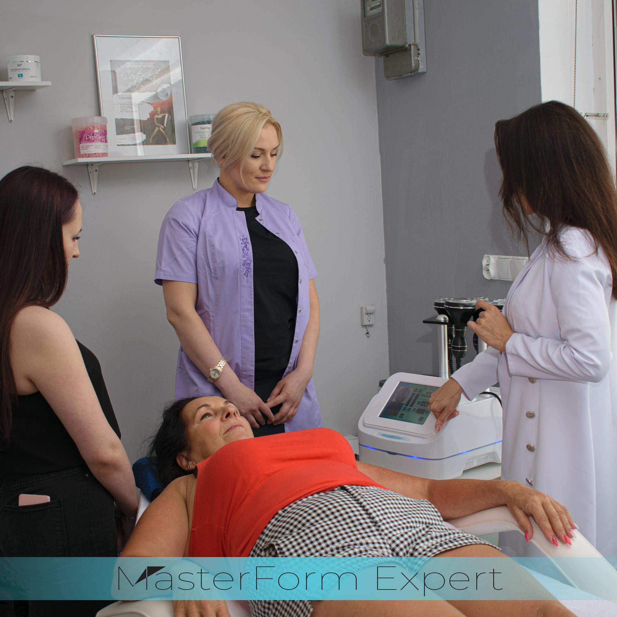 Nasz kosmetolog dokładnie pokazuje w którym miejscu należy kilknąć, by zmienić program zabiegowy