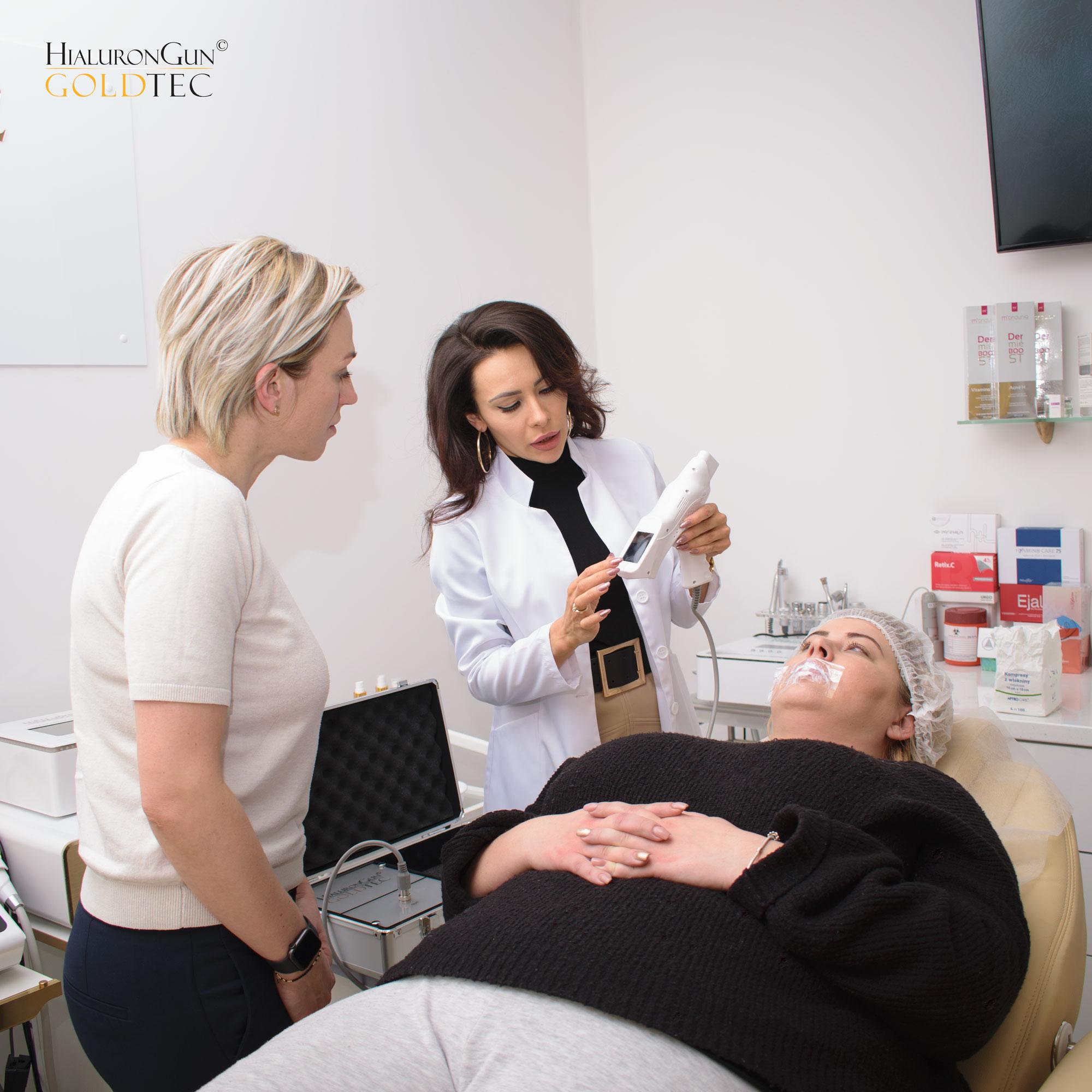 Zabieg przy użyciu HialuronGun uruchamia mechanizmy odbudowy i regeneracji skóry, aktywując nowy kolagen