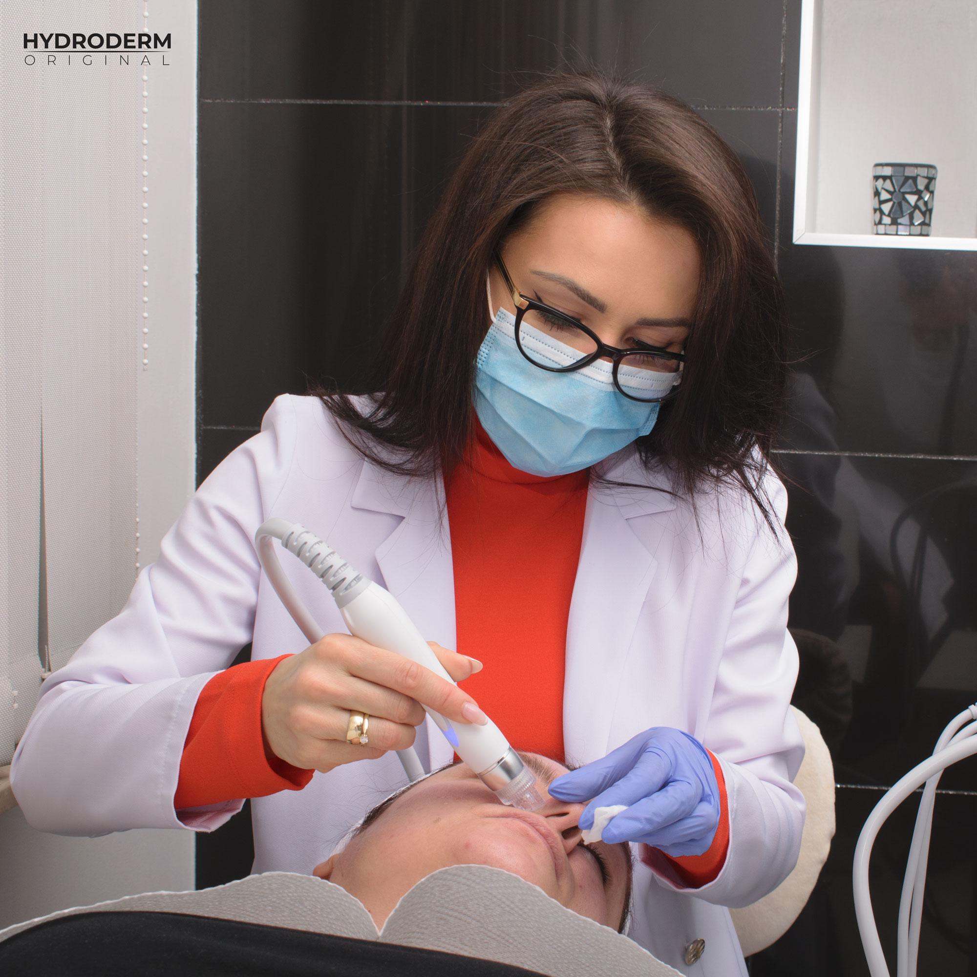 Do eksfoliacji wykorzystuje się 2 głowice zabiegowe kombajnu kosmetycznego - oxygen spray i peelingu kawitacyjnego