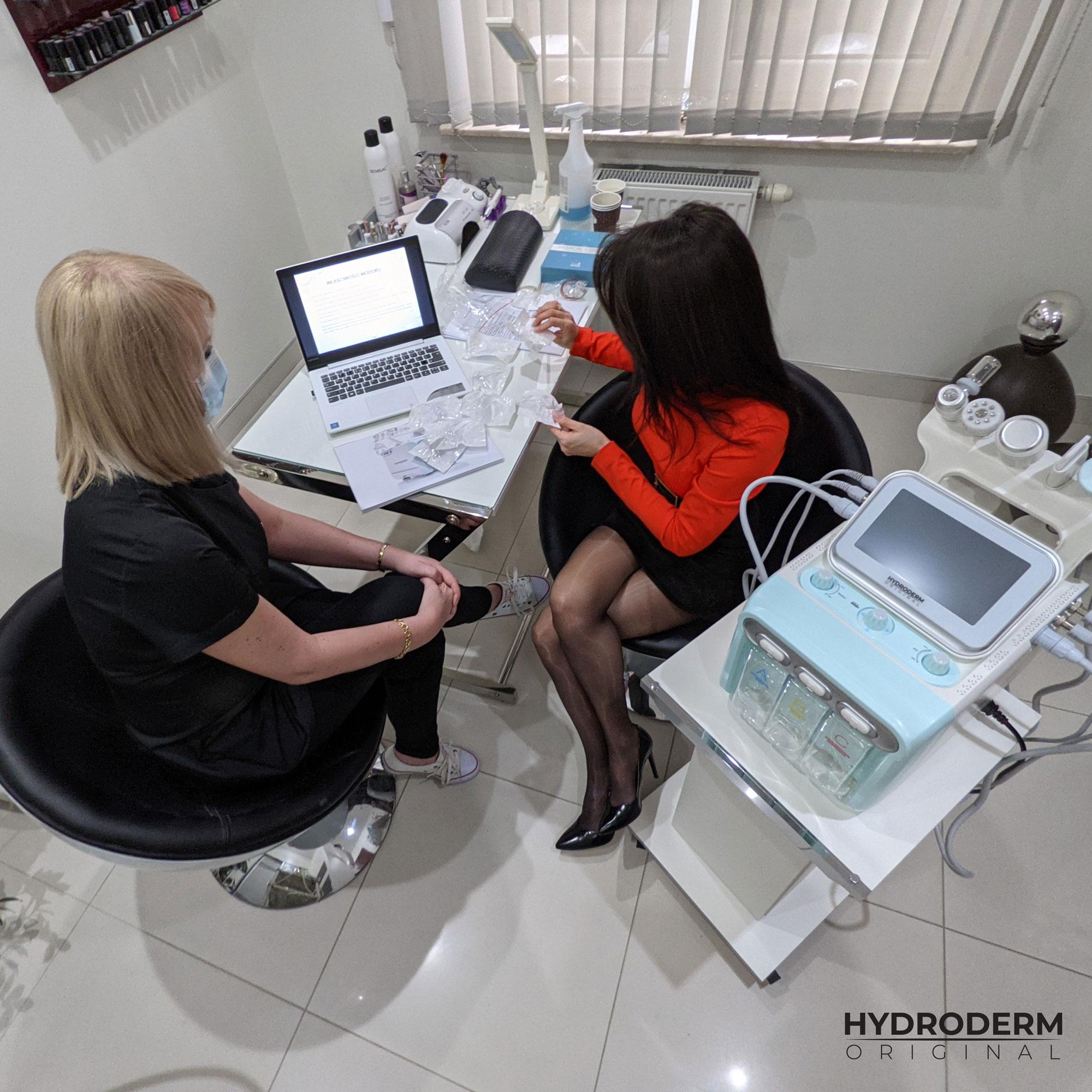 Przed przystąpieniem do szkolenia z obsługi narzędzia Hydroderm, kosmetolog przekazuje całą wiedzę teorytyczną