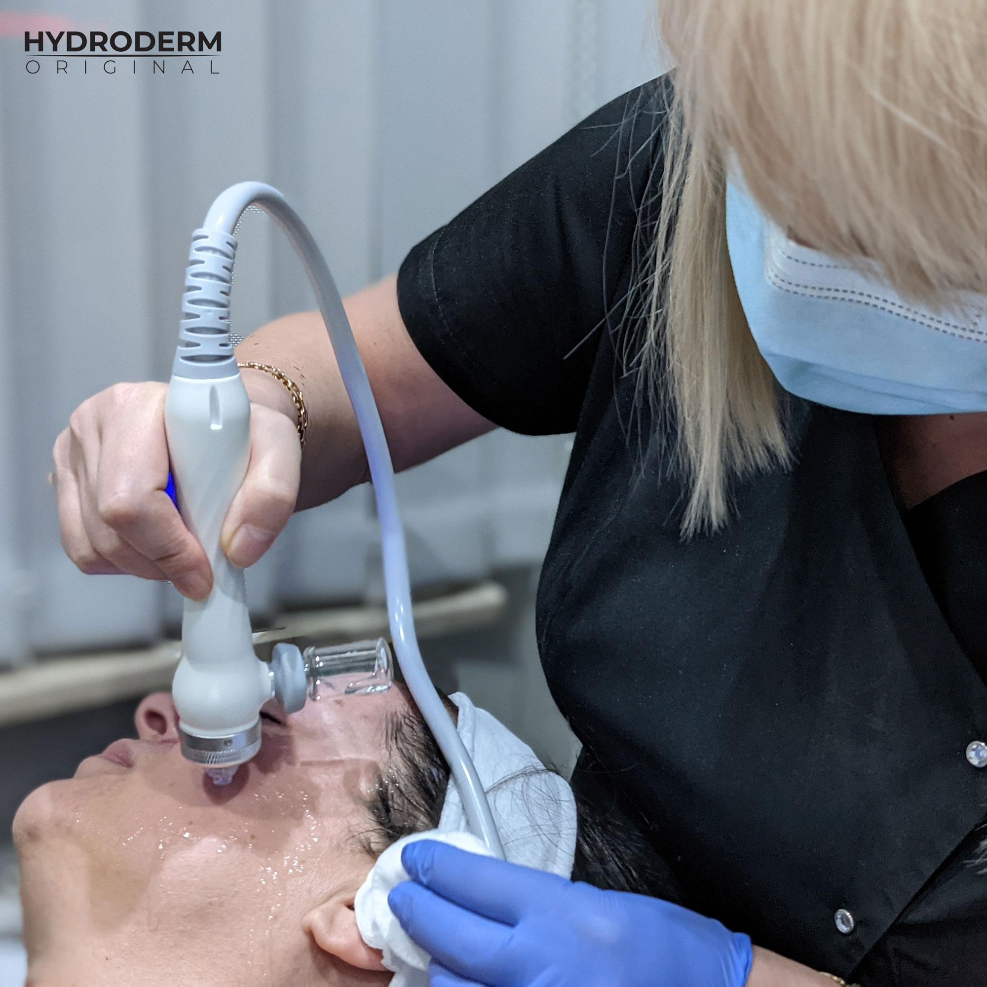 Do głowicy Oxygen Spray można użyć ampułkę, która w zależności od zawartości będzia działała na skórę nawilżająco lub regenerująco