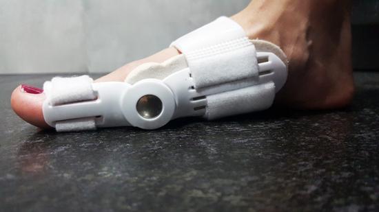 Szyna na halluxy działa efektyczniej podczas chodzenia niż przy odpoczynku