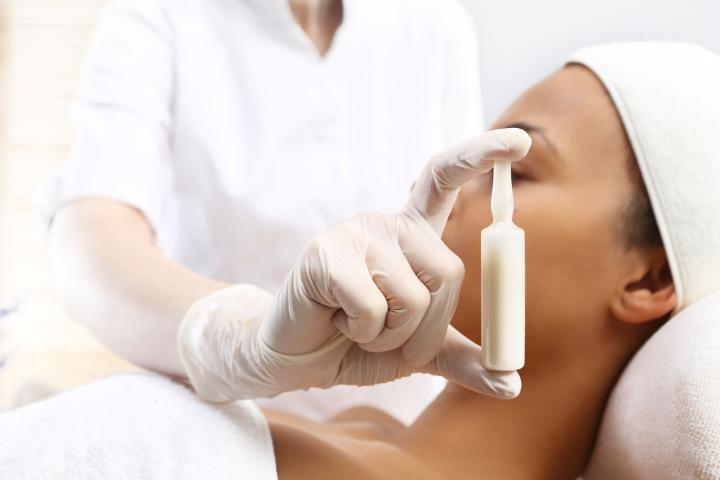 Aparat kosmetyczny tworzy w skórze kontrolowane mikrouszkodzenia, które stymulują produkcję kolagenu