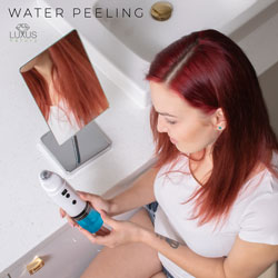 Oryginalny aparat kosmetyczny przeprowadza zabieg oczyszczający i złuszczający skórę