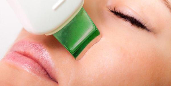 Narzędzie wykorzystuje 5 funkcji zabiegowych: peeling kawitacyjny, sonoforeze, elektrostymulację, fototerapie i masaż wibracyjny